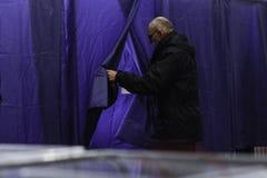 KIEV, UCRÂNIA - 15 de novembro de 2015: 1.088 de 1.089 estações de votação abriram em Kyiv em 08 00 a M Fotografia de Stock Royalty Free