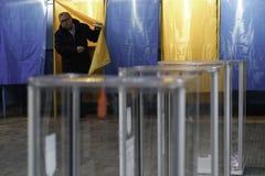 KIEV, UCRÂNIA - 15 de novembro de 2015: 1.088 de 1.089 estações de votação abriram em Kyiv em 08 00 a M Imagens de Stock