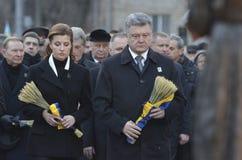 KIEV, UCRÂNIA - 28 de novembro de 2015: O presidente de Ucrânia Petro Poroshenko e sua esposa comemorou as vítimas do fome-genocí Imagem de Stock