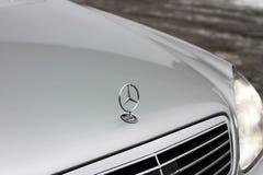 Kiev, Ucrânia - 22 de novembro de 2018: Fim do emblema de Mercedes-Benz acima imagens de stock royalty free