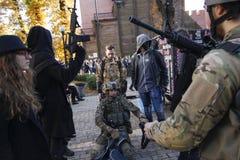 KIEV, UCRÂNIA - 31 de outubro de 2015: Celebração de Dia das Bruxas em Kyiv Foto de Stock Royalty Free
