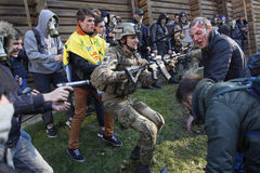 KIEV, UCRÂNIA - 31 de outubro de 2015: Celebração de Dia das Bruxas em Kyiv Imagem de Stock