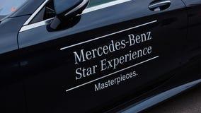 Kiev, Ucrânia - 4 de outubro de 2016: Experiência da estrela de Mercedes Benz A série interessante de movimentações do teste Imagens de Stock Royalty Free