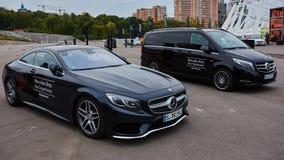 Kiev, Ucrânia - 4 de outubro de 2016: Experiência da estrela de Mercedes Benz A série interessante de movimentações do teste Fotografia de Stock Royalty Free