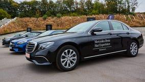 Kiev, Ucrânia - 4 de outubro de 2016: Experiência da estrela de Mercedes Benz A série interessante de movimentações do teste Fotografia de Stock