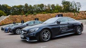 Kiev, Ucrânia - 4 de outubro de 2016: Experiência da estrela de Mercedes Benz A série interessante de movimentações do teste Fotos de Stock Royalty Free