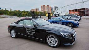 Kiev, Ucrânia - 4 de outubro de 2016: Experiência da estrela de Mercedes Benz A série interessante de movimentações do teste Fotos de Stock