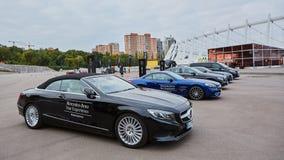 Kiev, Ucrânia - 4 de outubro de 2016: Experiência da estrela de Mercedes Benz A série interessante de movimentações do teste Foto de Stock Royalty Free
