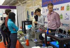 Kiev, Ucrânia - 30 de setembro de 2015: O suporte demonstra a impressora 3D Fotografia de Stock