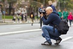 Kiev, Ucrânia - 20 de setembro de 2017: Fotógrafo de rua que toma p Imagens de Stock