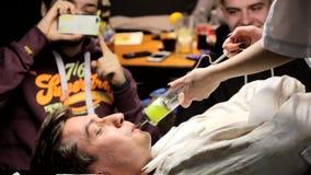 Kiev, Ucrânia 10 03 2018 indivíduos bebe um cocktail incomum na barra, um vídeo editorial vídeos de arquivo