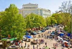 KIEV, Ucrânia-maio, 3: Os turistas escolhem lembranças na rua de Vladimirskaya, perto da igreja ortodoxa de St Andrew na véspera d Imagens de Stock