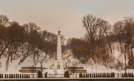 KIEV, Ucrânia: o monumento ao Magdeburgo endireita no embankme Fotos de Stock