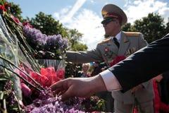 KIEV, UCRÂNIA - possa 09, 2015: As faixas militares marcham no dia do 70th aniversário da vitória sobre o nazismo em Kiev Imagem de Stock