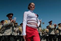 KIEV, UCRÂNIA - possa 09, 2015: As faixas militares marcham no dia do 70th aniversário da vitória sobre o nazismo em Kiev Imagens de Stock Royalty Free