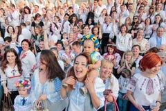 KIEV, UCRÂNIA - possa 21, 2015: Povos que vestem o vestuário ucraniano tradicional conhecido como o vyshyvanka imagens de stock royalty free