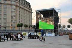 Kiev, Ucrânia Povos que olham um fósforo de futebol na rua Fotografia de Stock Royalty Free