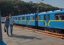 Kiev, Ucrânia - Semtember 18, 2015: Os pares novos andam na plataforma do metro Foto de Stock
