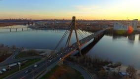 Kiev, Ucrânia Vista aérea da ponte da estrada - ponte de Moscou sobre o rio de Dnieper Por do sol em Kyiv, Europa Oriental video estoque