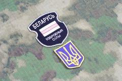 KIEV, UCRÂNIA - agosto, 06, 2015 O bielorrusso oferece-se no exército de Ucrânia Guerra 2014 - 2015 de Russo-Ucrânia Crachá não o Fotografia de Stock