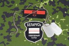 KIEV, UCRÂNIA - 6 de agosto de 2015 O bielorrusso oferece-se no exército de Ucrânia Guerra 2014 - 2015 de Russo-Ucrânia Crachá un Imagem de Stock