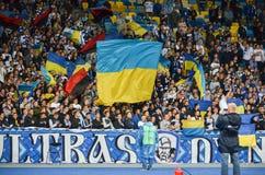 KIEV, UCRÂNIA - 24 de agosto de 2017: Os fãs comemoram o dur marcado objetivo fotografia de stock
