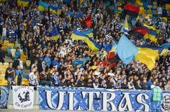 KIEV, UCRÂNIA - 24 de agosto de 2017: Os fãs comemoram o dur marcado objetivo imagens de stock