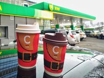 KIEV, UCRÂNIA - 19 DE DEZEMBRO DE 2018: As xícaras de café de ano novo marcado em um posto de gasolina VOG fotografia de stock royalty free