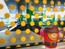 KIEV, UCRÂNIA - 19 DE DEZEMBRO DE 2018: As xícaras de café de ano novo marcado em um posto de gasolina VOG foto de stock