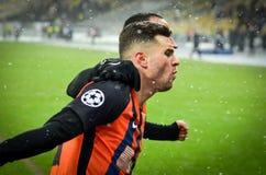 KIEV, UCRÂNIA - 12 de dezembro de 2018: Junior Moraes comemora um objetivo marcado durante a harmonia do UEFA Champions League en imagens de stock royalty free