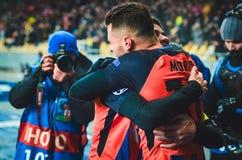 KIEV, UCRÂNIA - 12 de dezembro de 2018: Junior Moraes comemora um objetivo marcado durante a harmonia do UEFA Champions League en fotos de stock