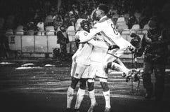 KIEV, UCRÂNIA - 12 de dezembro de 2018: O jogador de futebol Olympique Lyon comemora o objetivo marcado durante o fósforo do UEFA fotos de stock