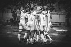 KIEV, UCRÂNIA - 12 de dezembro de 2018: O jogador de futebol Olympique Lyon comemora o objetivo marcado durante o fósforo do UEFA foto de stock royalty free