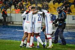 KIEV, UCRÂNIA - 12 de dezembro de 2018: O jogador de futebol Olympique Lyon comemora o objetivo marcado durante o fósforo do UEFA imagens de stock