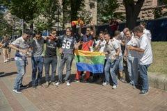 KIEV, UCRÂNIA - 26 de maio de 2018 fãs espanhóis que tomam a foto com os povos na zona do fã em Kiev no campeão de espera da rua  Fotografia de Stock