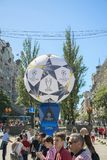 KIEV, UCRÂNIA - 26 de maio de 2018 fãs espanhóis que tomam a foto com os povos na zona do fã em Kiev no campeão de espera da rua  Fotografia de Stock Royalty Free