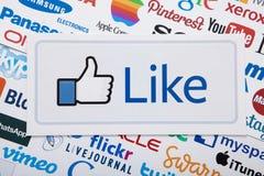 KIEV, UCRÂNIA - 10 DE MARÇO DE 2017 Facebook grande como, Pinterest, Livejournal, Google, logotipos de Twitter imprimiu no papel  Fotos de Stock Royalty Free