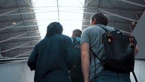 KIEV, UCRÂNIA - 6 DE SETEMBRO DE 2018: os povos passam pela escada rolante no aeroporto vídeos de arquivo