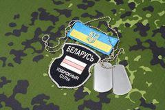 KIEV, UCRÂNIA - em agosto de 2015 O bielorrusso oferece-se no exército de Ucrânia Guerra 2014 - 2015 de Russo-Ucrânia Badg unifor Imagens de Stock Royalty Free