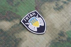 KIEV, UCRÂNIA - julho, 16, 2015 Ministério do crachá do uniforme do titã dos assuntos internos (Ucrânia) imagens de stock royalty free