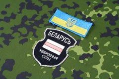 KIEV, UCRÂNIA, o 6 de agosto de 2015 O bielorrusso oferece-se no exército de Ucrânia Guerra 2014 - 2017 de Russo-Ucrânia Crachá u Fotos de Stock