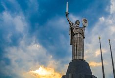 Kiev, Ucr?nia 8 04 2019 O monumento a p?tria com espada e placa do metal ? da URSS Est?tua grande foto de stock