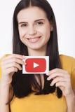 KIEV, UCRAINA - 22 agosto 2016: La donna passa la carta della tenuta con l'icona del logotype di YouTube stampata su carta YouTub Fotografia Stock