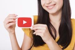 KIEV, UCRAINA - 22 agosto 2016: La donna passa la carta della tenuta con l'icona del logotype di YouTube stampata su carta YouTub Immagine Stock