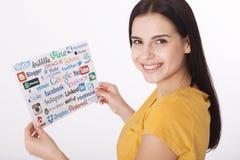 KIEV, UCRAINA - 22 AGOSTO 2016: La donna passa la raccolta della tenuta delle iscrizioni, simboli dei media sociali popolari: Twi Immagine Stock