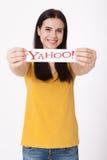 Kiev, Ucraina - 22 agosto 2016: La donna passa la tenuta del logo delle icone di Yahoo di marca stampate su carta su grey Fotografia Stock