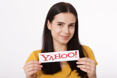 Kiev, Ucraina - 22 agosto 2016: La donna passa la tenuta del logo delle icone di Yahoo di marca stampate su carta su grey Fotografia Stock Libera da Diritti