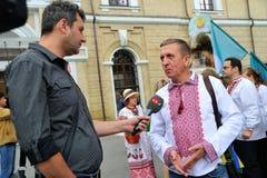 KIEV, UCRAINA - 24 AGOSTO: Marzo mega dei ricami nel Kyiv capitale ucraino Tempo pacifico fotografie stock