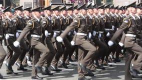 KIEV, UCRAINA - 24 AGOSTO 2017: Parata militare in Kyiv, alla festa dell'indipendenza delle file dell'Ucraina del cittadino in ma video d archivio
