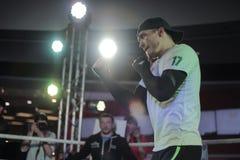 KIEV, UCRAINA - 15 aprile 2015: Aleksandr Usyk prima della lotta con Russo Andrei Knyazev immagine stock